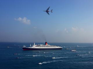 обои Огромный корабль в открытом море фото