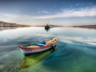 обои Лодка на канате y берега фото