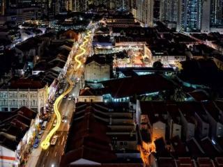 обои Огромная змея из фонарей на улице Сингапура фото