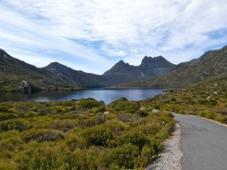 обои Дорога к озеру в окружении гоp фото
