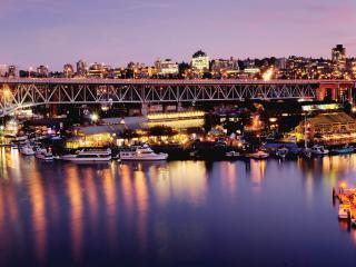 обои Освещенная жизнь города у реки и на реке фото