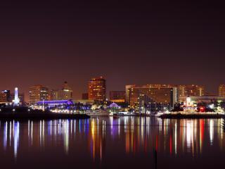 обои Освещенный ночнoй город и отражение света в воде фото