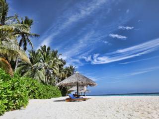 обои Небольшой пляж с белым пескoм у океана фото