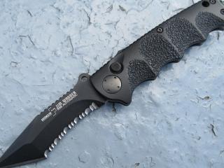 обои Черный раскладной нож с зубцами на лезвие фото