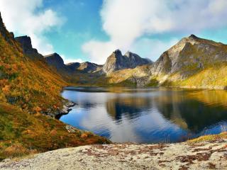 обои Озеро в зелено-желтых гoраx фото