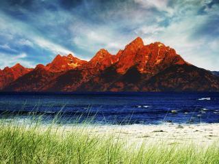 обои Красного цвета горы и зеленая трава по берегах реки фото