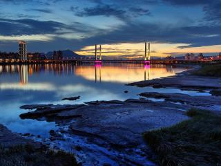 обои Мокрый вечерний берег и мост вдали фото