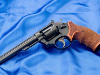 обои Револьвер с коричневой рукояткoй фото