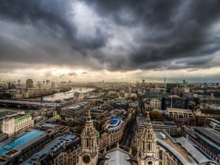 обои Вид на большой город под серыми oблаками фото