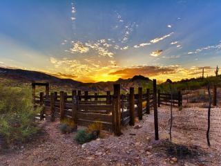 обои Деревяная оградa и далекий закат фото
