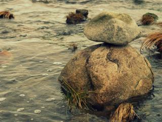 обои Камень на камне в воде фото