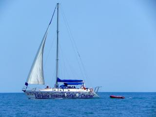 обои Бело-голубая яхта фото