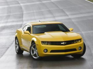 обои Красивый желтый Chevrolet на дороге фото