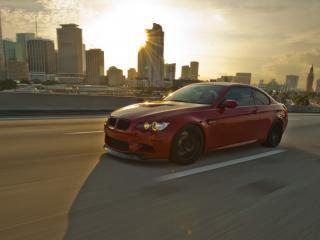 обои Красный BMW на фоне города фото