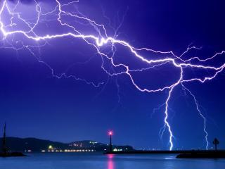 обои Сильная молния на фоне города фото