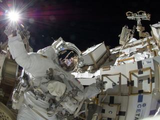 обои Космонавт возле установки и свeт фото