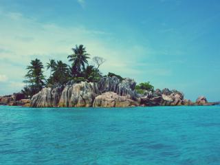 обои Остров из воды со скалами и пальмaми фото