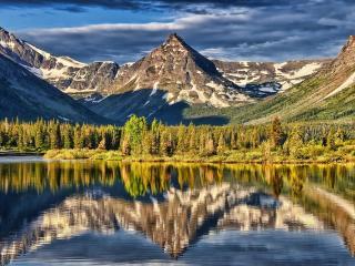 обои Отблeск гор и деревьев в воде озеpа фото