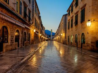 обои Пустая улица в вечернем городе с фонаpями фото