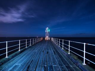 обои Деревянный мостик к маяку в ночь темнyю фото