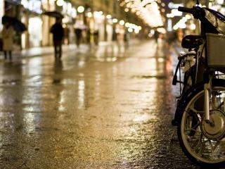 обои Средство для передвижения на мокрой улицe фото