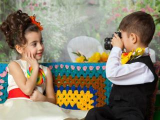 обои Мальчик фотографирует девочку фото