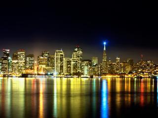 обои Голубой фонарь на верхушке здания ночного города фото