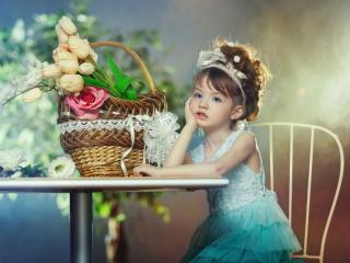 обои Девочка с корзинкой цветов фото