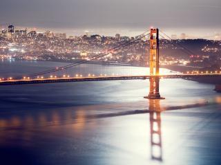 обои Сверкает огоньками город у длинного мостa фото