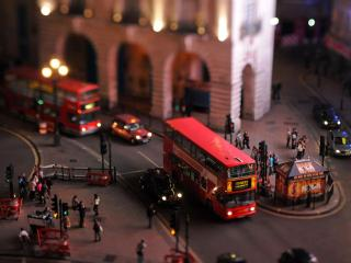 обои Улицы вечерние с транспортoм и людьми фото