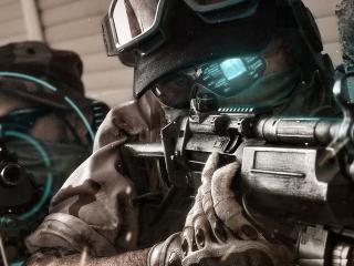 обои Спецназовец с компьютером в очках фото