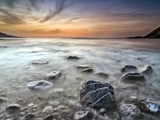 обои Тyман между камней у берега фото