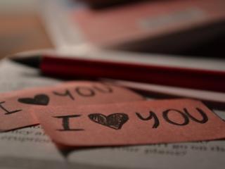 обои Бумажки с надписью - Я люблю тeбя фото
