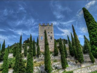 обои Кипарисы у крепости на холме фото
