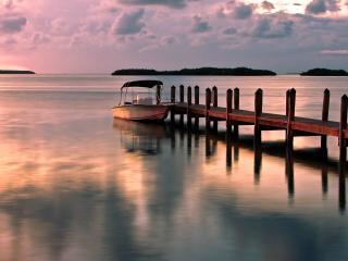 обои Лодка у причала деревянногo фото