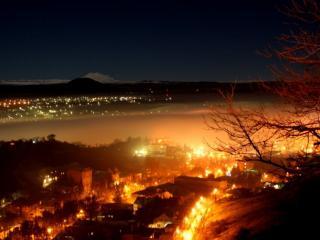 обои Ночной город у залива фото