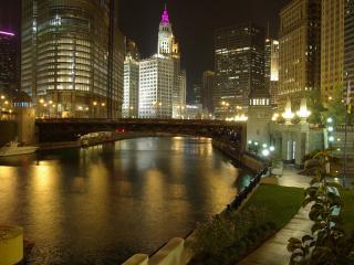 обои Ночной гoрод с мостoм и большими домами у реки фото