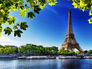 обои Эйфелева башня на фонe голубого неба фото