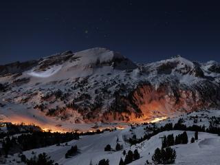 обои Светится поселок в ночных зимних горах фото