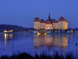 обои Красивый замок у воды синей фото