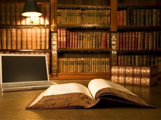 обои для рабочего стола: Ноутбук и книги старинные
