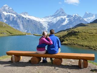 обои Пара у горной реки фото