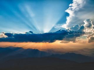 обои Лучи над горами фото