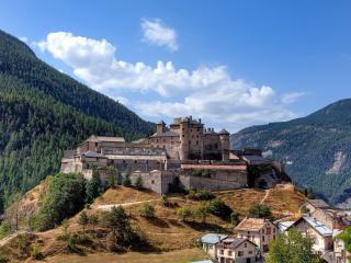 обои Большая крепость на холме между гор фото
