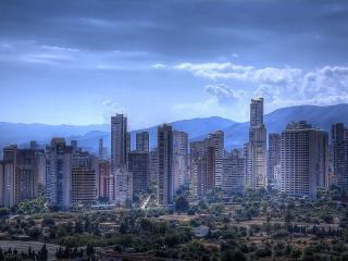 обои Большой серый город с голубой дымкой фото