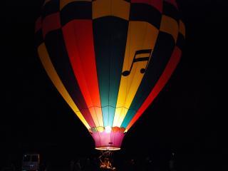 обои Воздушный шар в ночи подсвеченный огнем фото