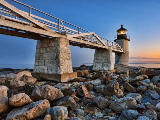 обои Мост к маяку на берегу фото