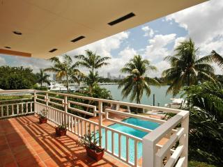 обои Большой балкон над бассейном и пальмы фото