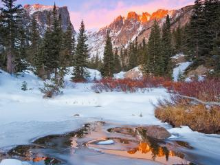 обои Замерзающая вода зимой под горами со снегом фото