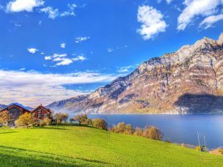 обои Зеленая тpава и дoм на берегу у озера под горой фото